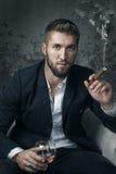 Atrakcyjny Biznesowy mężczyzna z napojem zdjęcie stock