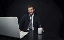 Atrakcyjny biznesowy mężczyzna z notatnikiem i filiżanką kawy zdjęcie royalty free
