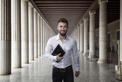 Atrakcyjny biznesowy mężczyzna z notatnikiem w jego ręce fotografia stock