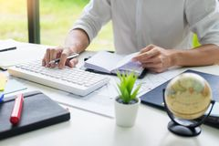 Atrakcyjny biznesowy m??czyzna pracuje na laptopie przy nowo?ytnym biurem Dla Jego Nowej projekt konferencji z adiunktem, edukacj zdjęcia stock