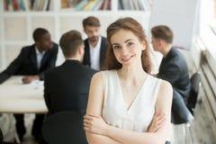Atrakcyjny bizneswoman patrzeje kamerę i ono uśmiecha się Fotografia Stock