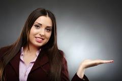 Atrakcyjny bizneswoman pokazuje copyspace Obrazy Royalty Free