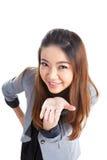 Atrakcyjny bizneswoman przedstawia coś na palmie ona Zdjęcia Stock