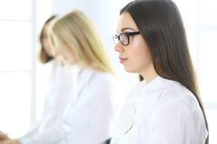 Atrakcyjny bizneswoman przy spotkaniem lub konferencja przeciw tłu koledzy ludzie pracy grup interesów obraz royalty free