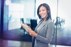 Atrakcyjny bizneswoman trzyma cyfrową pastylkę zdjęcie royalty free