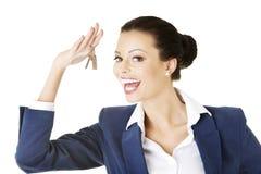 Atrakcyjny bizneswoman trzyma domowego klucz Zdjęcie Royalty Free