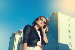 Atrakcyjny bizneswoman używa telefon komórkowego w mieście w sanny dniu zdjęcia royalty free