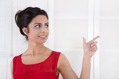 Atrakcyjny bizneswoman wskazuje z forefinger. Fotografia Royalty Free