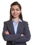 Atrakcyjny bizneswoman z brown włosy i krzyżować rękami Fotografia Stock