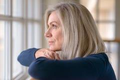 Atrakcyjny blond kobiety dopatrywanie przez okno obrazy royalty free