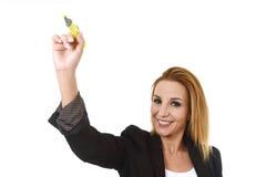 Atrakcyjny blond pomyślny bizneswomanu mienia markiera writing na przejrzystej desce Zdjęcie Royalty Free