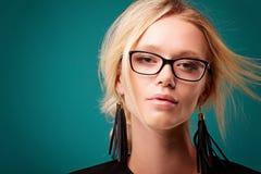 Atrakcyjny blondynka nauczyciel w bluzki kładzeniu na szkłach odizolowywających na zieleni zdjęcie royalty free