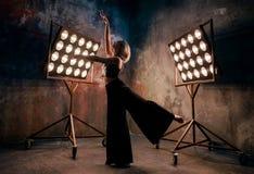 Atrakcyjny blondynki młodej kobiety tancerz na scenie z światłami w loft tle Fotografia Stock
