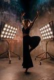 Atrakcyjny blondynki młodej kobiety tancerz na scenie z światłami w loft tle Zdjęcia Royalty Free