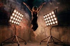 Atrakcyjny blondynki młodej kobiety tancerz na scenie z światłami w loft tle Zdjęcie Royalty Free