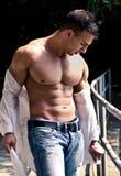 Atrakcyjny bodybuilder z otwartą koszula pokazuje półpostać mięśnie Obrazy Royalty Free