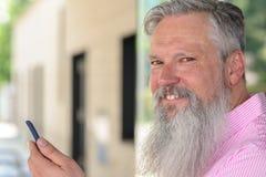Atrakcyjny brodaty mężczyzna czyta wiadomość tekstową zdjęcia stock