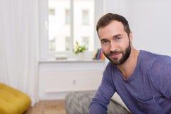 Atrakcyjny brodaty mężczyzna z życzliwym uśmiechem Fotografia Stock