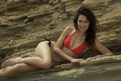 Atrakcyjny brunetki dziewczyny pozować seksowny przy skałami Obrazy Royalty Free