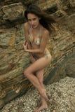 Atrakcyjny brunetki dziewczyny pozować seksowny w brazylijskim bikini Zdjęcia Stock