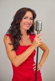 Atrakcyjny brunetki kobiety śpiew Zdjęcia Royalty Free