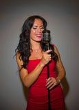 Atrakcyjny brunetki kobiety śpiew Zdjęcie Stock