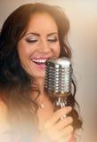 Atrakcyjny brunetki kobiety śpiew Obraz Royalty Free