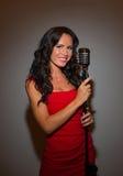 Atrakcyjny brunetki kobiety śpiew Fotografia Royalty Free