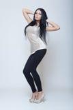 Atrakcyjny brunetki młodej dziewczyny mody styl tęsk noga Zdjęcia Royalty Free