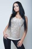 Atrakcyjny brunetki młodej dziewczyny mody styl w szarej koszula Fotografia Stock