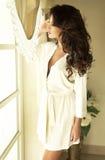 Atrakcyjny brunetki piękna pozować. Obrazy Stock