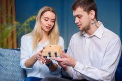 Atrakcyjny caucasian mężczyzna i kobieta dyskutuje projekt model 3d maket dom obraz royalty free