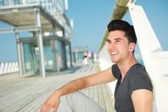 Atrakcyjny caucasian męski ono uśmiecha się outdoors Obraz Stock