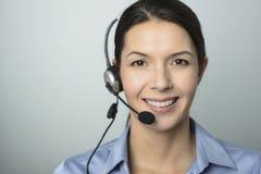 Atrakcyjny centrum telefoniczne operator jest ubranym słuchawki fotografia stock