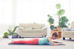 Atrakcyjny cisawy medytować w kobry posturze fotografia stock