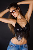 atrakcyjny czarny brunetki drelichu spódnicy wierzchołek Zdjęcie Royalty Free