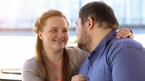 Atrakcyjny czerwony z włosami żeński patrzeć z miłością przy chłopakiem, słodka romantyczna data obrazy stock