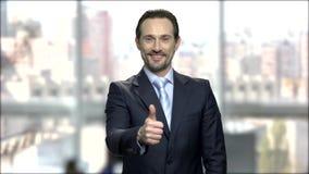 Atrakcyjny dojrzały biznesmen daje kciukowi w górę zdjęcie wideo