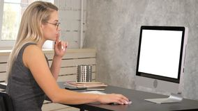 Atrakcyjny dojrzały bizneswoman pracuje na komputerze w jej stacji roboczej Biały pokaz obraz royalty free