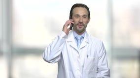 Atrakcyjny doktorski używa telefon komórkowy zdjęcie wideo