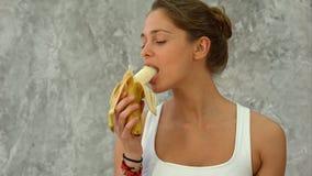 Atrakcyjny dysponowany kobiety łasowania banan Obraz Stock