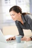 atrakcyjny dziewczyny laptopu używać zdjęcie stock