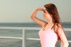 Atrakcyjny dziewczyny młodej kobiety patrzeć Obraz Stock