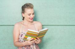 Atrakcyjny dziewczyny mienia dzienniczek, agenda lub czytanie Obrazy Stock