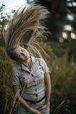 Atrakcyjny dziewczyny ruszać się długie włosy up w parku Zdjęcia Stock