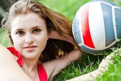 atrakcyjny dziewczyny trawy lay Zdjęcie Stock