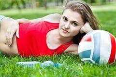 atrakcyjny dziewczyny trawy lay Obraz Royalty Free