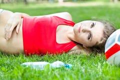atrakcyjny dziewczyny trawy lay Zdjęcia Stock