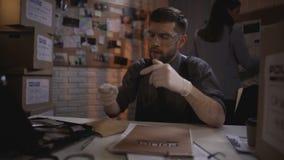 Atrakcyjny ekspert medycyny sądowej pracuje z dowodem rzeczowym przy departamentem policji zbiory wideo