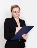 Atrakcyjny energiczny biznesowej kobiety mienia ochraniacz dla pisać i bierze notatki fotografia stock